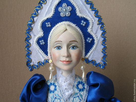 Оригинальный и приятный подарок для любой хозяйки. Кукла на чайник Гжель станет украшением стола, праздничного чаепития, интерьера кухни или комнаты.