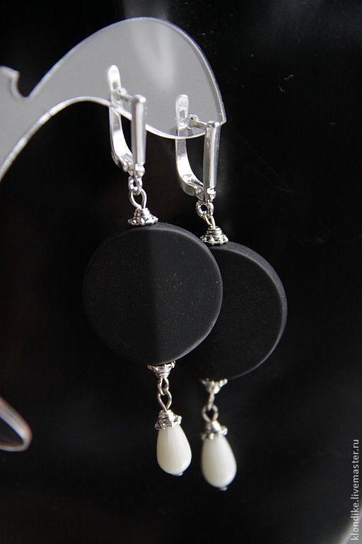 Серьги ручной работы. Ярмарка Мастеров - ручная работа. Купить Посеребряные Cерьги Funе с черным агатами и белым кораллом. Handmade.