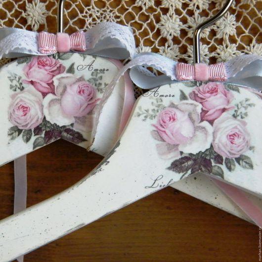 Вешалка плечики для одежды Шебби Розы декупаж купить в Москве на Ярмарке Мастеров, ручная работа свадебный подарок невесте