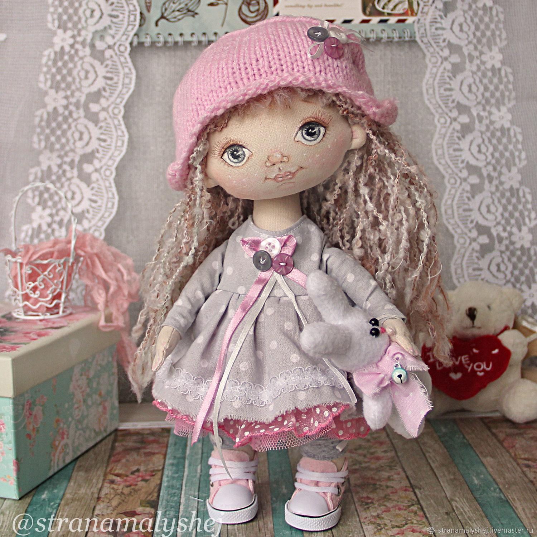 Коллекционная авторская интерьерная кукла ручной работы. Ярмарка Мастеров. Страна малышей. Кукла с серыми глазами в серо-розовом платье в розовых кедах, кукла с пальчиками. Кукла ждет мамочку.