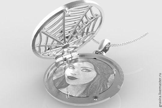 Серебряный открывающийся медальон с пауком. Гравировка фото включена в цену