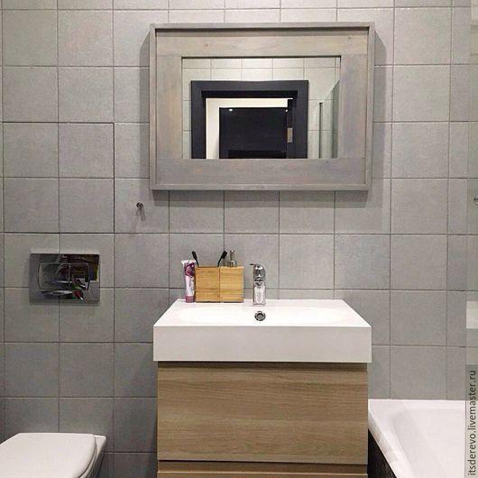 Зеркало в деревянной раме серого цвета с сохранением текстуры дерева