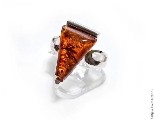 Кольцо с янтарем `Прованс`. Серебро 925 пробы.  Балтийский янтарь коньячного цвета, пейзажный. Безразмерное кольцо — от 17 до 19 размера.
