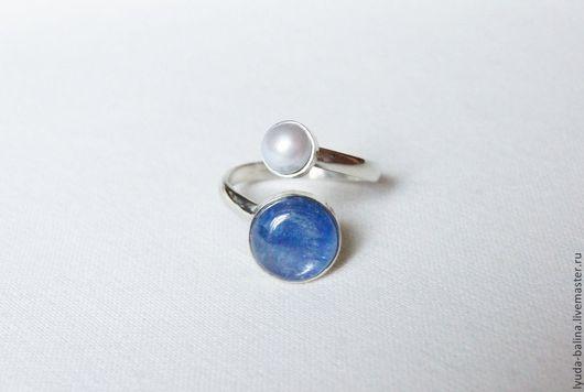 """Кольца ручной работы. Ярмарка Мастеров - ручная работа. Купить """"Две планеты"""" кольцо с кианитом и жемчугом. Handmade. Синий, для девушки"""