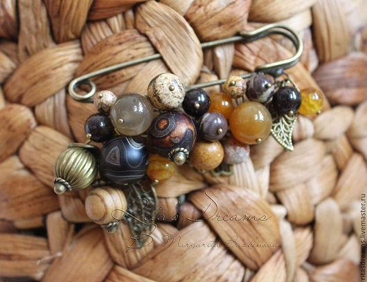 Брошь-булавка в теплой гамме с бусинами из разных видов агата, яшмы и граната, с деревянной и металлической бусинами.