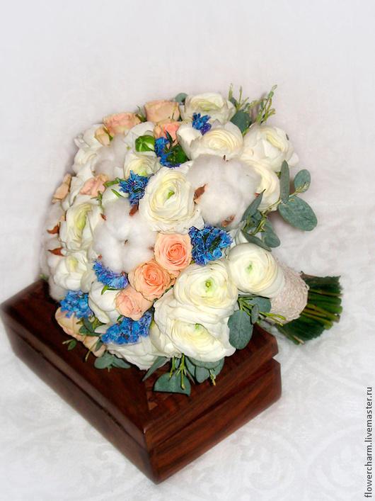 Букет невесты с ранункулюсами и хлопком