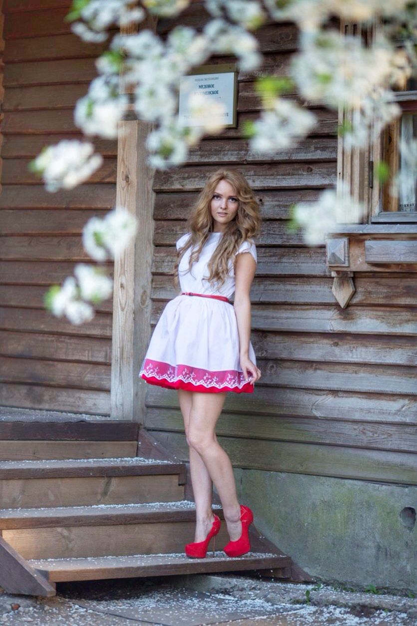 Красно-белое платье из фатина