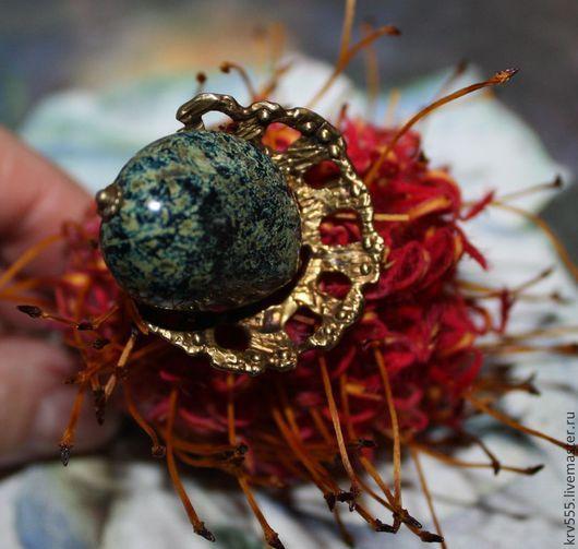 Красивое   ажурное и необычное по дизайну кольцо.Фурнитура авторская латунь Веры Викторовой, сделанная вручную, крупная бусина из чешского стекла .