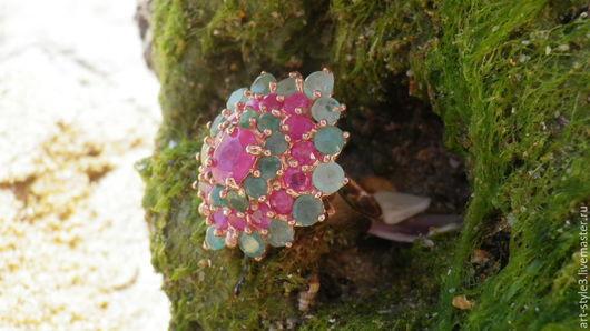 Кольца ручной работы. Ярмарка Мастеров - ручная работа. Купить Перстень с рубинами и изумрудами, серебро 925 пробы, позолота. Handmade.