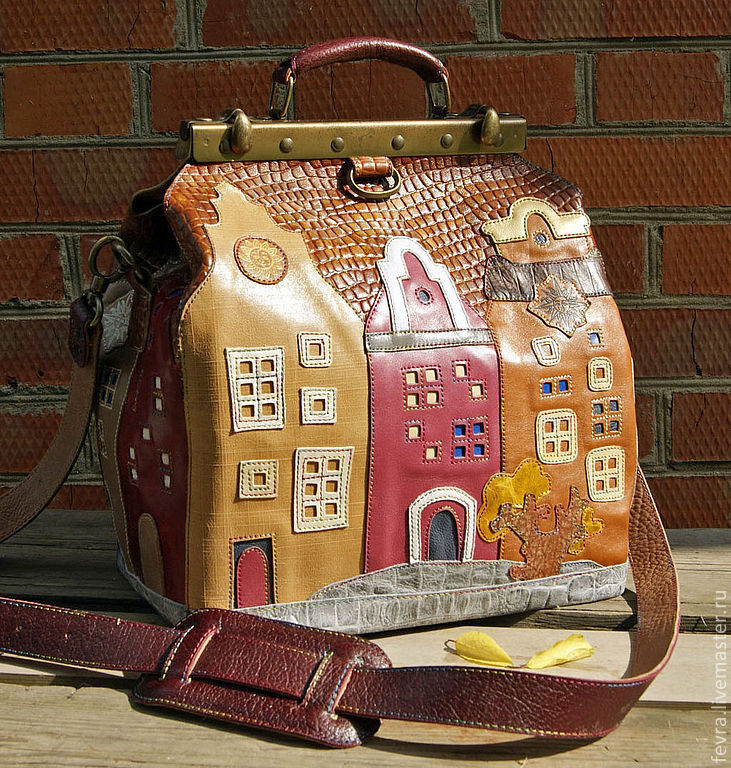 The bag is beautiful from all sides,all the houses are different, but very cute and cozy.