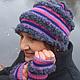 Нарядная вязаная шапочка в комплекте с напульсниками, выполнена из 100% шерсти плотной вязкой. Теплая, хорошо сидит на голове, подойдет для любого возраста.