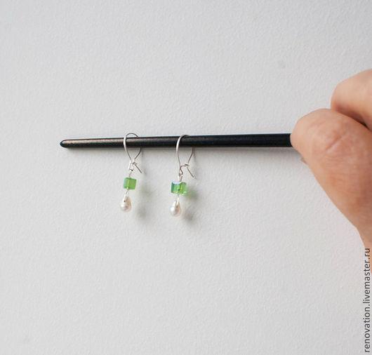 Детская бижутерия ручной работы. Ярмарка Мастеров - ручная работа. Купить серьги серебряные, маленькие жемчужные грушки на зелёных качельках. Handmade.