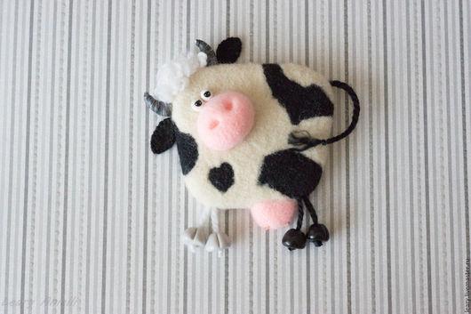 """Магниты ручной работы. Ярмарка Мастеров - ручная работа. Купить """"Корова"""" валяный из шерсти магнит на холодильник. Handmade. Белый, корова"""