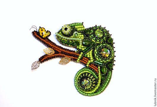 """Броши ручной работы. Ярмарка Мастеров - ручная работа. Купить Брошь """"Хамелеон на охоте"""". Handmade. Зеленый, бабочка, Вышивка бисером"""