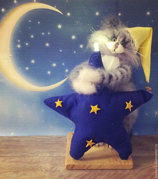 Авторская игрушка - ночник `Звезда`. Свет идёт от светодиода, переключатель с задней стороны звездочки. Работает на двух `мизинчиковых` батарейках. Игрушка из натурального мохера, проволочный каркас.
