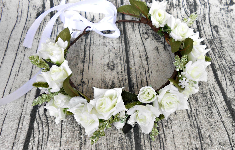 Венок с белыми цветами фото