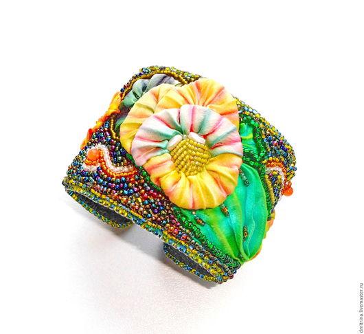 браслет с шиббори лентой, браслет на металлической основе, браслет с цветами, браслет с цветком, цветок из шибори ленты, анютины глазки, зеленый браслет, желто-зеленый