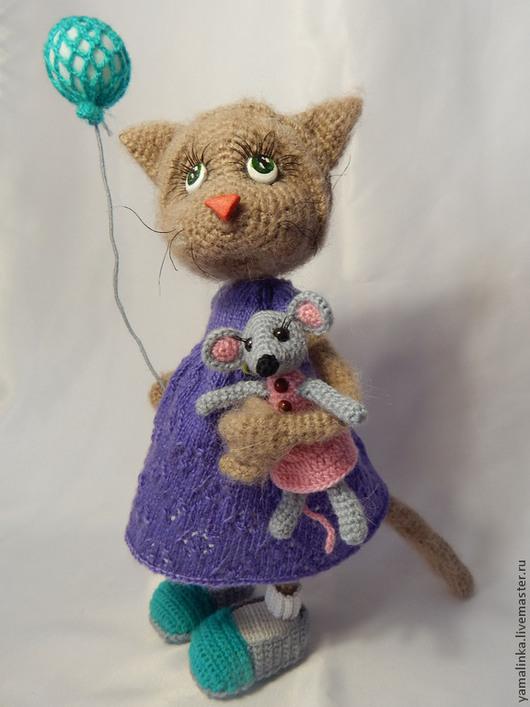 Игрушки животные, ручной работы. Ярмарка Мастеров - ручная работа. Купить Кошечка с игрушками. Handmade. Разноцветный, кукла вязаная, нитки