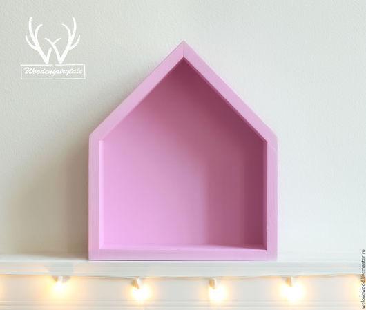 Полочка-домик нежно-розового цвета.