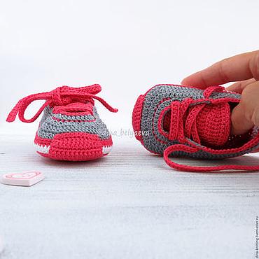 Работы для детей, ручной работы. Ярмарка Мастеров - ручная работа Пинетки кроссовки кеды вязаные в подарок серый малиновый. Handmade.