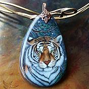 Украшения handmade. Livemaster - original item Unusual pendant Siberian Tiger painted on stone lacquered miniature. Handmade.