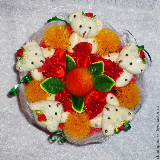 Букет из мягких игрушек Мишки с одуванчиками. Очень яркий и красивый букет из 5 мишек 13см. для девушки или ребенка на любой праздник. D-25см,  h-30см. плотный каркас сделан из пластика и оформлен гофробумагой и органзой с бабочками.