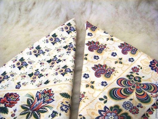 Слева платок - цветы мелкие на молочном, справа платок - огурцы на молочном.