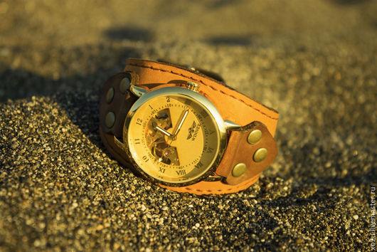 Часы наручные на широком моно-браслете из натуральной кожи.