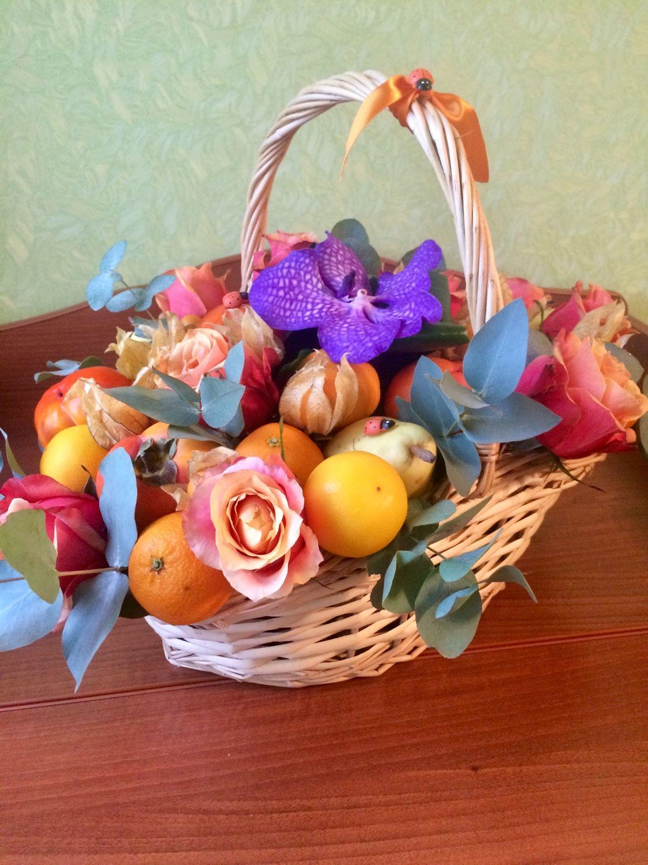 Подарочная корзина из фруктов и цветов, Букеты, Москва, Фото №1