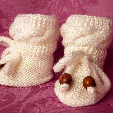 Товары для малышей ручной работы. Ярмарка Мастеров - ручная работа Пинетки Нежность вязаные с косами на шнурках с деревянными  бусинами. Handmade.