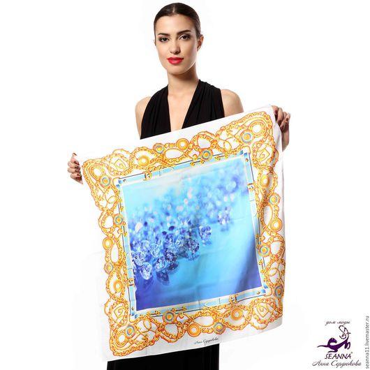 Дизайнер Анна Сердюкова (Дом Моды SEANNA). Дизайнерский платок из шелка `Голубые бриллианты в широких цепях`. Размер платка - 65х65 см.  Цена - 2400 руб.