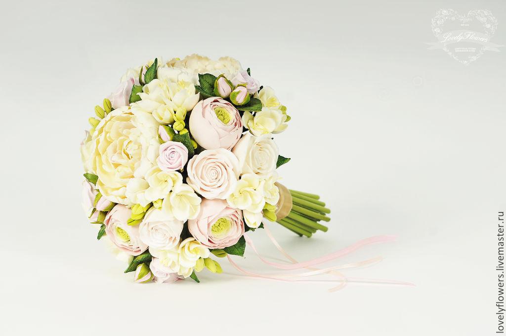 Шары, свадебные букеты из розовых роз и белых ранункулюсов