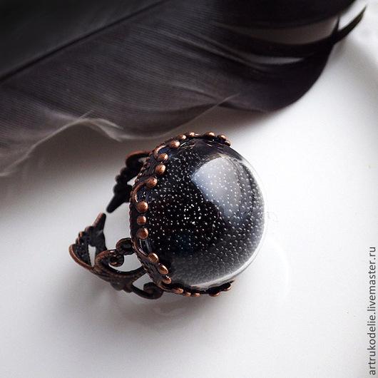 Кольцо Готика. Полая стеклянная полусфера заполнена черным микробисером и тайной. Цвет фурнитуры - античная медь. Кольцо безразмерное. Диаметр стеклянной полусферы - 2 см.