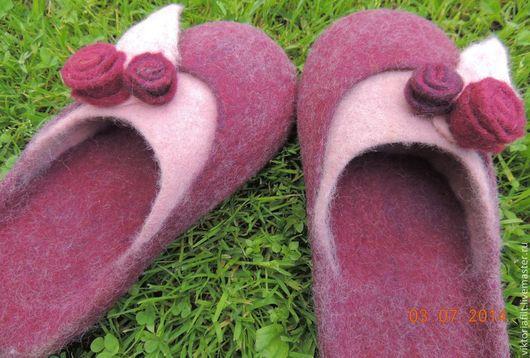"""Обувь ручной работы. Ярмарка Мастеров - ручная работа. Купить Валяные тапочки женские """" Вишнёвое настроение"""". Handmade."""