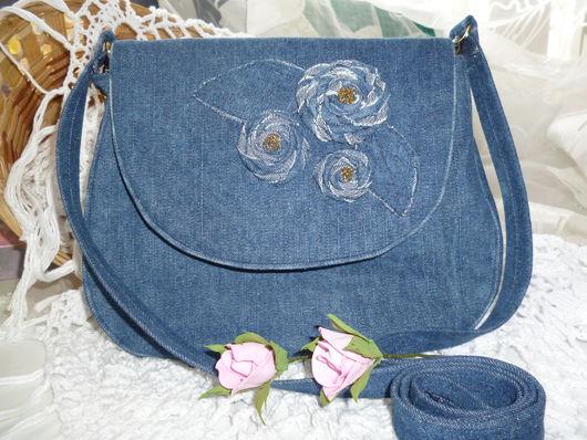 Джинсовая сумочка через плечо.Небольшая компактная форма создает легкость и удобство. Внутри 2 кармана на молнии и  резинке. .Длинный ремень через плечо.