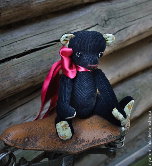 Мишка Рома - добрый, наивный, беззащитный - надежный друг или нетривиальный подарок. Игрушка ручной работы, сшитая по выкройке мишки тедди из вельвета и ситца (голова пришита, лапы на пуговичном креплении)