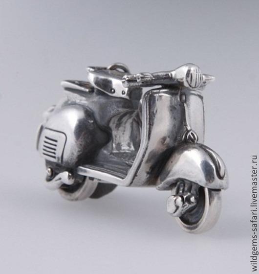 Мотороллер Vespa. Кулон ручной работы из серебра 925, масштабная копия 1:64 легендарного мотороллера Vespa. Серебряные кулоны ручной работы `CRAZY SILVER`, СПБ. Подходит для браслетов PANDORA, Thomas Sabo и SunLite. Размеры: 16Х10Х8мм. Вес:2,5гр.