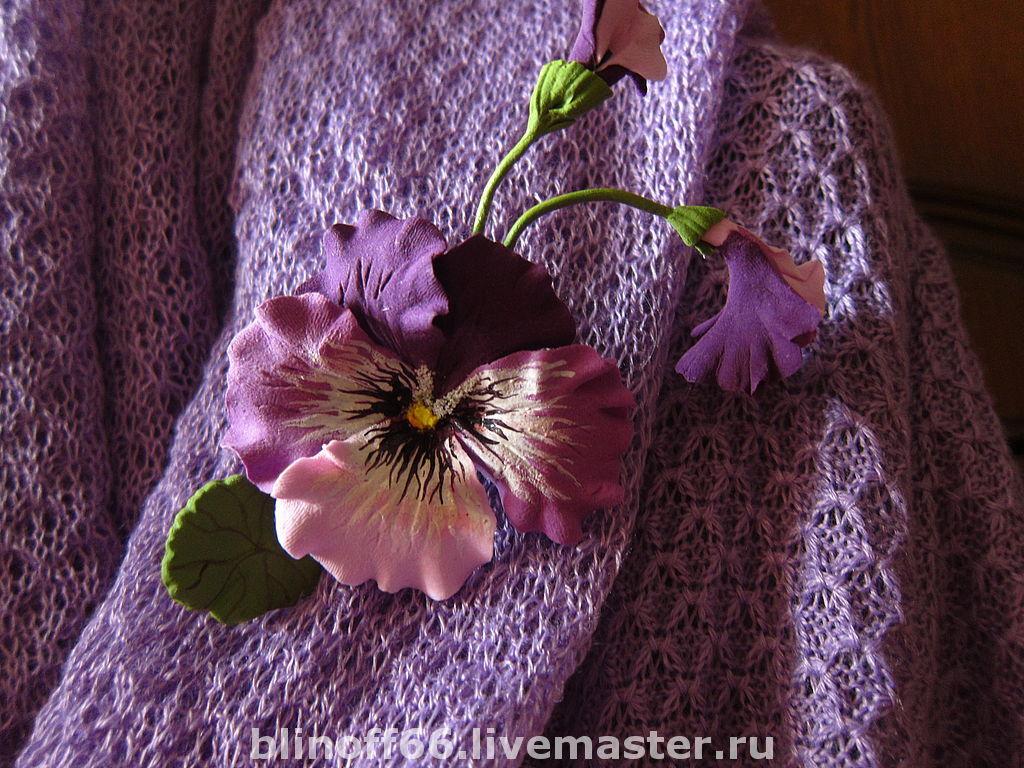 Брошка ручной работы - сиреневый цветок анютины глазки  из полимерной глины. Можно заказывать брошку  любого цвета к вашему гардеробу.