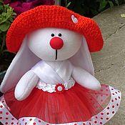 Мягкие игрушки ручной работы. Ярмарка Мастеров - ручная работа Зайка № 3 Девочка ростом 26 см. в вязаной шляпке. Handmade.