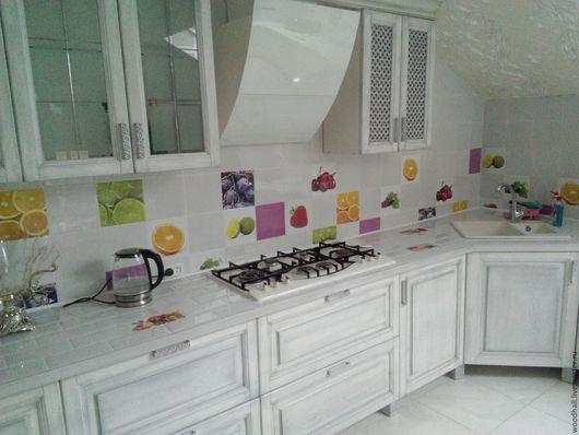 кухня из массива дуба с резьбой белого цвета под заказ