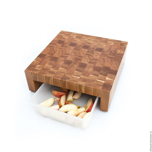 Торцевая разделочная доска - подставка из массива дуба. В эту доску можно вставлять поддон для нарезанной еды. Очень удобно смахивать нарезку с доски в емкость под доской. Также можно использовать ра