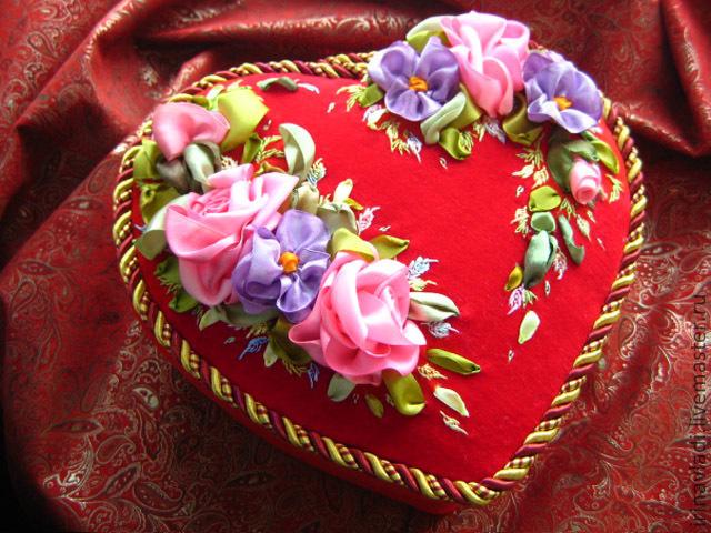 шкатулка для рукоделия. шкатулка для хранения. декоративная шкатулка шкатулка в форме сердца  коробка для рукоделия коробка для хранения, декоративная шкатулка. красная шкатулка сердце. подарок  де