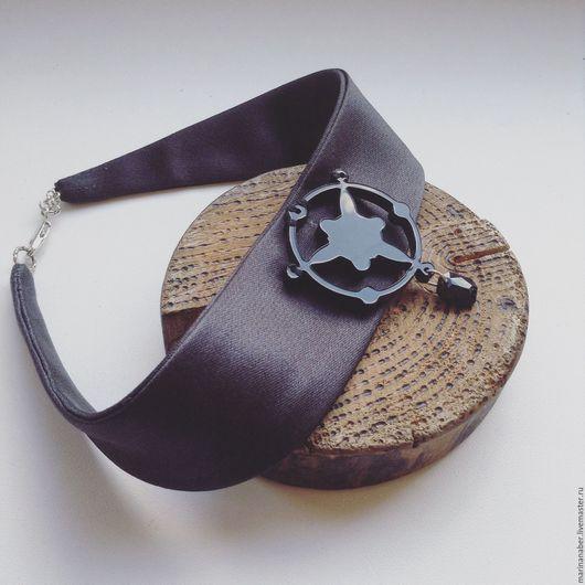 Чокер (от англ: «choker», колье) — короткое ожерелье, которое плотно прилегает к шее.  Создан из итальянского шёлка с авторским дизайном.
