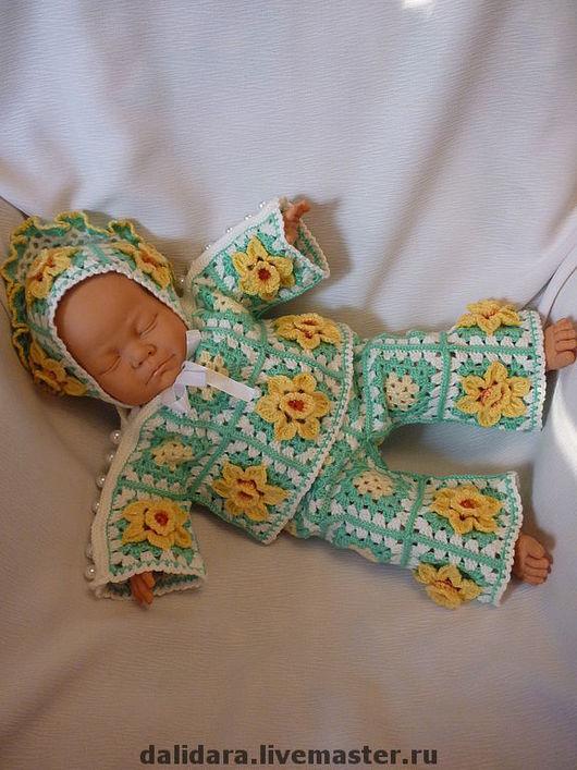 На куколке 50 см.Примерные параметры куколки: размер куклы - 50 см, ОГоловы - 37,5см, ОБедер – 47 см, длина руки с плечом (от основания шеи до запястья) - 15 см.