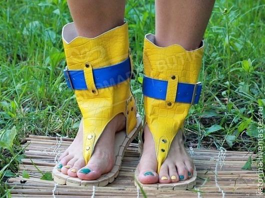 Сандалии высокие из Желтой фактурной кожи Кроко с синим. Любые размеры на заказ!