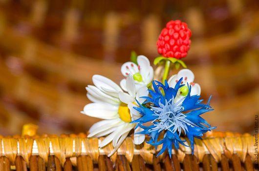 Васильки,ромашки,ягоды малины из полимерной глины. Брошь с цветами и ягодами ручной работы.