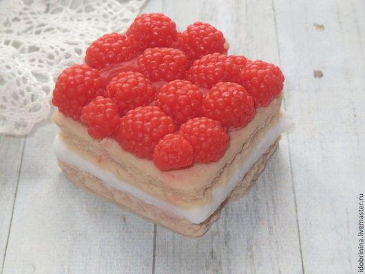 Мыло ручной работы. Ярмарка Мастеров - ручная работа. Купить мыло- кусочек торта с ягодами малины. Handmade. Мыло сувенирное