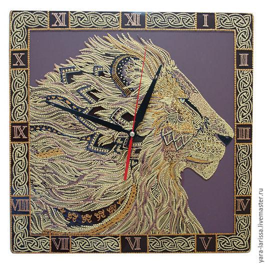 `Лев` часы настенные интерьерные. Часы настенные из стекла `Лев` . Ручная роспись . Точечная роспись . Часы большие .
