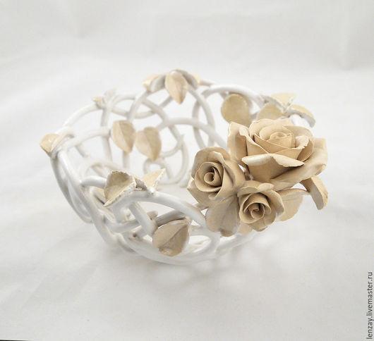 Конфетница Ренессанс 15 см. Плетение покрыто белой глазурью, цветы и листья - прозрачной. Плетеная керамика и керамические цветы Елены Зайченко