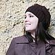 Желтый, серый, стена, плащ, коричневый плащ, шапка берет, берет женский, берет вязанный, берет вязаный, шапка шарф, шапка на осень.
